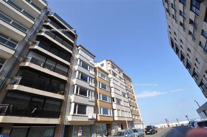 Ongemeubileerd appartement gelegen in een zijstraat van de Zeedijk vlakbij het Casino. Indeling : inkomhal, ruime woonkamer met zijdelings zeezi...