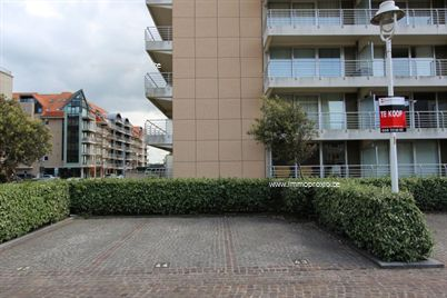 NOG slechts enkele autostaanplaatsen te koop te Nieuwpoort-Bad. Deze parkings zijn beschikbaar op een afgesloten domein langs de straatkant, te ber...