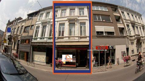 In het kloppend hart van het handelscentrum te Berchem treft u een winkelpand met vele troeven. De commerciële gelijkvloers heeft weliswaar een laa...