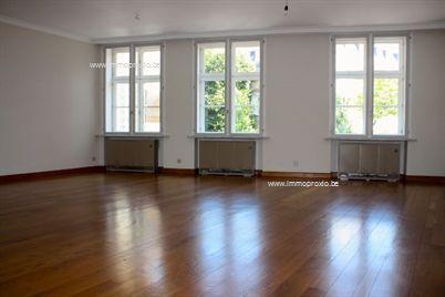 Dit appartement is gelegen op de 1e verdieping van een historisch pand in het centrum van de stad Brugge.  Het appartement bestaat uit een privé-ga...
