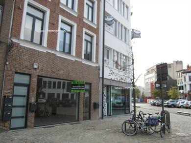 Handelsgelijkvloers, uiterst commercieel gelegen tussen trendy Oude Vaartplaats/Vogelenmarkt en Theaterplein. Talloze mogelijkheden, grote etalage ...