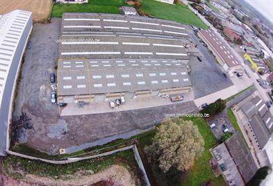 AFWERKING  : betonnen constructie, gepolierde betonvloer, geïsoleerd zadeldak met lichtstraten (voldoende daglicht!), elek...
