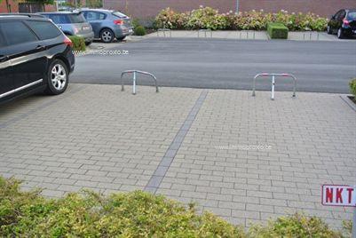 De autostaanplaats is gelegen ter hoogte van de Noordlaan 38, te Roeselare. Inrit links van appartementsblok (zie foto).  Nummer...