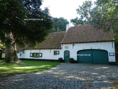 LANDHUIS MET PAARDENSTALLEN, bestaande uit :  -  Woonhuis : hall, bureel, leefruimte 60m², authentieke keuken met inbouwapparatuur, ba...