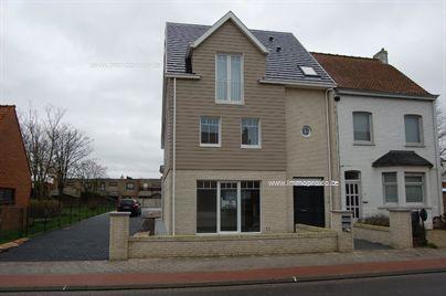 Ruim nieuwbouw appartement met 3 slaapkamers te huur op jaarbasis. Het gelijkvloerse appartement is centraal gelegen in Oostduinkerke-dorp en omvat...