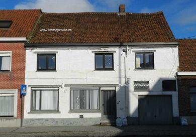 Grondig te renoveren WONING, bestaande uit : aparte inkomhall, bureel mogelijk, living in L-vorm40m²,keuken van 3m op 4m, berging, uitgeruste ...