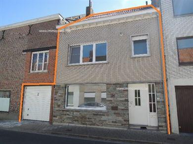 Robuuste woning met mooie ruimtes, tuin, garage en 3 slaapkamers. Inkom met trap, grote living, ingerichte keuken, kelderberging, overdekt terras e...