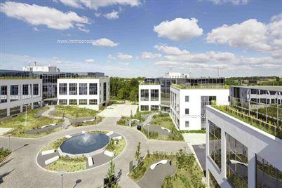 Modern kantorencomplex vlakbij de op-en afritten van de Brusselse Ring. Recentelijk volledig vernieuwde façades en aangelegde tuintjes.