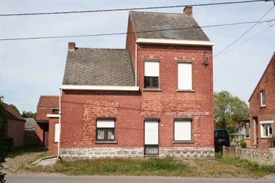 Woning met bijgebouw/werkplaats en tuin, gelegen op een perceel van 8a76ca. Rustige ligging ! Indeling gelijkvloers : inkom, leefruimte, keuken, bu...