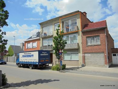 Centraal gelegen appartement bestaande uit:    inkomhal met inbouwkasten, badkamer met d...