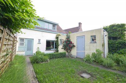 * Verkocht * Deze woning is zeer rustig gelegen nabij het centrum van Destelbergen. De woning beschikt over een leefruimte, keuken, 2 slaapkamers, ...