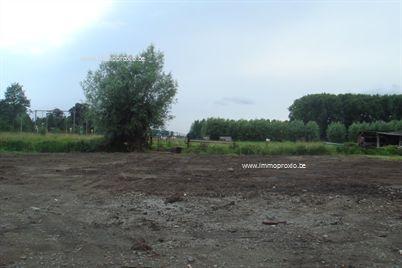Uitzonderlijk ruim (1380 m²) en toch centraal gelegen bouwgrond in 2de bouwlijn te Beervelde. Perfect gelegen voor de pendelaar (2,5 km van E17, vl...