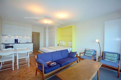 Volledig vernieuwde studio met slaapkamer te huur op jaarbasis. De gemeubelde studio gelegen op de zeedijk van Duinbergen beschikt over een slaa...