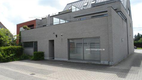 Top-duplex (+-90m²) modern ingericht (bemeubeld), veel lichtinval, privacy-terraspartij. GELIJKVLOERS: ingang achteraan compleks, trap, inkomhal, t...