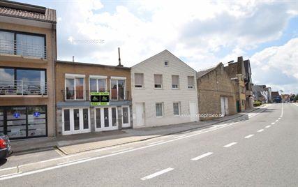 Te Veurne stellen wij u deze  multifunctionele eigendom  voor. De woning omvat een gelijkvloers bestaande uit 2 erg ruime garages...