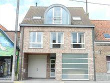 omvattende een klare living, een modern ingerichte open keuken en moderne badkamer, 2 slaapkamers, een garage en een terras