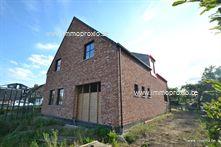 Deze wind- en waterdichte moderne villa/landhuis bestaande uit:    inkomhal met vestiair...
