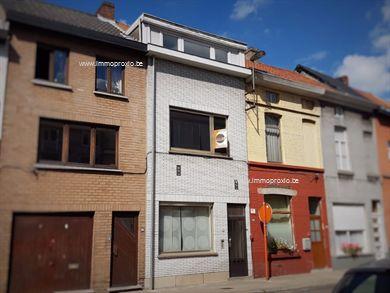 Woning bestaande uit inkom, woonkamer + eetplaats, keuken, badkamer (beiden te moderniseren of vervangen- verouderd) en koer met stalling/bergplaat...