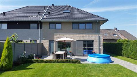 Gelegen te Oosterzele, recent gebouwde woning die geniet van een heel aangename tuin. Prachtig afgewerkt, zowel binnen als buiten. Een verhaal van ...