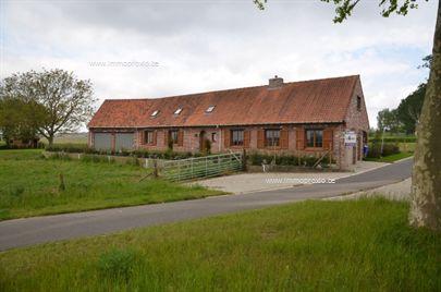 Volledig gerenoveerde woning gelegen in een prachte landelijk gebied met zicht op de Kemmelberg. op het gelijkvloers verdiep een living keuken twee...