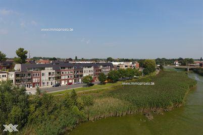 Dit drieslaapkamer appartement met een bewoonbare oppervlakte van ca. 101 m² is gelegen op het gelijkvloers van Residentie Waterfront I.  D...