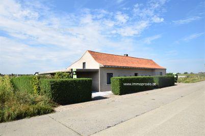 In het  landelijke Lo , langs de Rabbelaresteenweg stellen wij u deze  alleenstaande woning  voor op een perceel v...