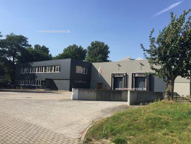 Vrijstaand pand gelegen te Zaventem vlakbij de R0 en de E40. De opslagruimte heeft een oppervlakte van 2.700m² en 320m² kantoren. De opslagruimte b...