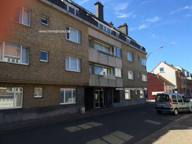 Te Merchtem ( dicht bij de invalswegen en het centrum) hebben wij voor u een appartement te huur gelegen op het eerste verdiep (lift aanwezig) en b...