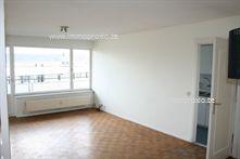 Gunstig gelegen appartement met 2 slaapkamers. Dit appartement bevindt zich op de 6de verdieping en omvat : inkomhal met inbouwkast, woonkamer met ...