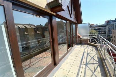 Centraal gelegen ongemeubileerd duplex appartement in een zijstraat van de Lippenslaan. Samenstelling: inkomhal met ingemaakte vestiairekast en ...