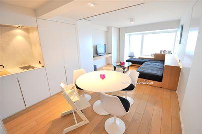 Volledig vernieuwd en gemeubileerd appartement gelegen aan de zeedijk te Duinbergen. Samenstelling: inkomhal, open keuken en woonkamer met front...