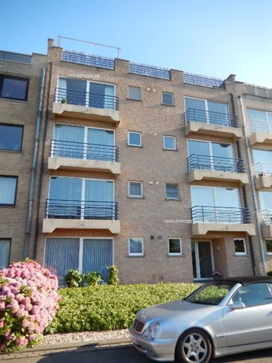 omvattende een inkomhal, klare living met balkon, volledig ingerichte keuken en badkamer, apart toilet, berging, 2 slaapkamers, garage en terras