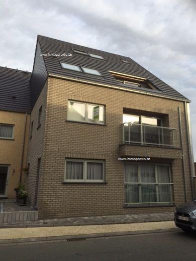 Te Lebbeke, in een mooie residentie, bieden wij U een appartement te huur aan.  Het appartement beschikt over een inkom, toilet, leefruimte, ingeri...