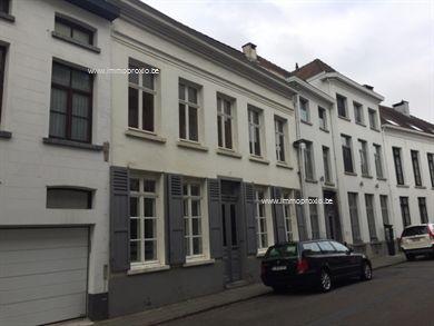Recent vernieuwde woning in het centrum Mechelen met 2 grote slaapkamers + 1 kinderkamertje.  Indeling woning: GLV: mooie inkomhal, living, keuken,...