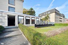 Op het gelijkvloers van een appartementsgebouw langs de Hundelgemsesteenweg in Merelbeke vindt u deze lichtrijke, handels- of kantoorruimte van ...