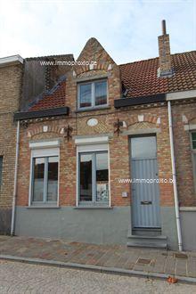 Zéér centraal gelegen rijwoning te Nieuwpoort-stad mét tuin en 3 slaapkamers! EPC-waarde: 462. Oppervlakte: 289m².