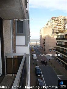 Stijlvol bemeubeld woonappartement in hartje Knokke vlakbij het strand. Het appartement bestaat uit een inkomhal met vestiairekast, een lichtrijk e...