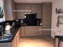 Deze smaakvolle ingerichte woning werd recent nog helemaal gerenoveerd : nieuwe vloeren beneden en boven, nieuwe en volledig geïnstalleerde keuken,...
