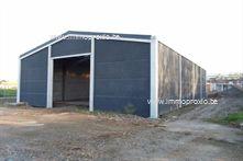 Nieuwbouwloods van 360m² (15m x 24m) in zwarte silex betonpanelen, betongewelven en een dakbedekking in zwarte eternit dakplaten met 44 transparant...
