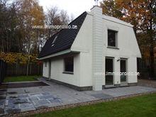 De woning bestaat uit een living met open keuken, een berging en boven 3 slaapkamers met een luxueuze badkamer met ligbad, 2 lavabo's, alsook een s...