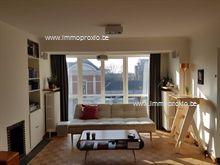 Modern uitgerust appartement. Indeling: inkomhal met vestiaire, woonkamer met eetplaats, een ingerichte keuken met aanpalend balkon, een berging, e...