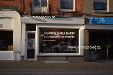 Handelspand te huur in het centrum van Menen, gelegen in de levendige Kortrijkstraat met een parking op nog geen 50 meter afstand. Het pand is &...