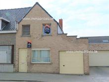 Deze woning bestaat uit : een inkom, lichtijke leefruimte met toegang tot de geïnstalleerde hoekkeuken,...