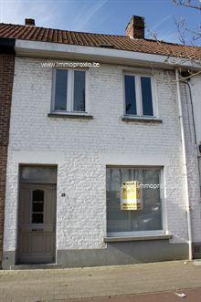 Stadswoning gelegen vooraan de Westlaan te Roeselare. Inkom met eetplaats, leefruimte en open keuken. Badkamer met ligbad, dubbele lavabo en toilet...