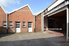Dit magazijn is gelegen op de grens tussen Kuurne en Kortrijk, dichtbij de belangrijkste uitvalswegen. Vooraan is er een ruime parking (deels overd...