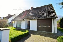 Alleenstaande villa gelegen op een mooi perceel grond ( 613 m² ) en dit vlakbij het centrum van Knokke. Deze ruime op te frissen woning heeft alle ...