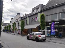 Modern 3 slaapkamer appartement in hartje centrum Geel, met groot terras, bestaande uit: -EERSTE VERDIEP: inkomhal, toilet, bureau, 2 bergingen, ru...