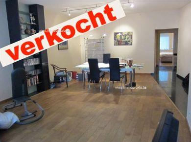 VERKOCHT. Instap klaar 2 slaapkamer appartement, ca. 85 m2 gelegen op gelijkvloers met zonnig achtertuintje. Living met veel lichtinval, nieuw inge...