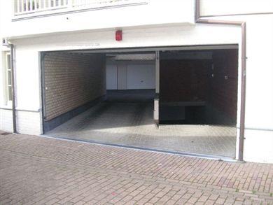 6 meter diep, geautomatiseerde sectionale poort bij het inrijden en zowel verlichting als stopcontact voorzien in de garagebox zelf. Omgeving Gemee...