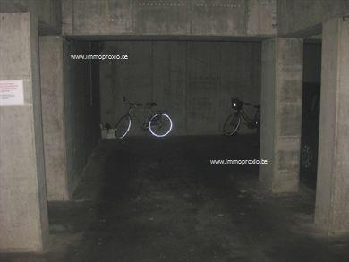 1 Ondergrondse garage van 18 m² te koop.|  Is eigenlijk een open staanplaats zonder poort (is wel mogelijk) ;| Automatische gemeenscha...